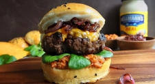 Cheeseburger with sundried tomato pesto and caramelized onions