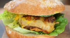 VIDEO: Beefburger met kerrie en piccalilly