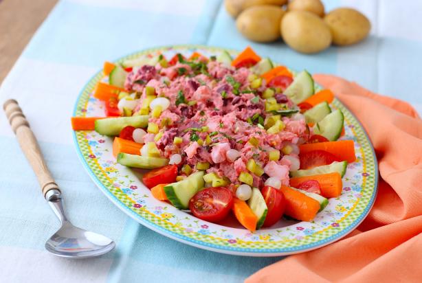recept voor huzarensalade met rode biet en kruiden - foody.nl