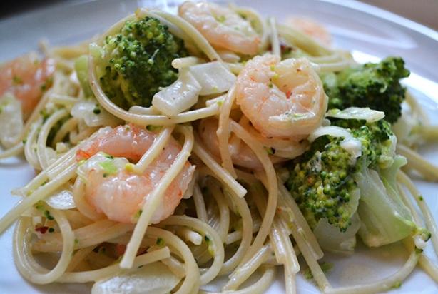 recept voor pittige pasta met garnalen - foody.nl
