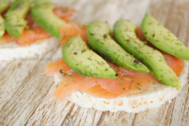 recept voor rijstwafel met zalm en avocado - foody.nl