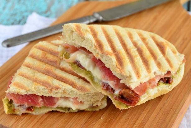 recept voor panini met mozzarella en serranoham - foody.nl