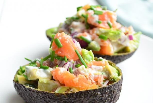 recept voor gevulde avocado met zalm - foody.nl