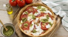 Pizza met mozzarella, tomaat en pesto