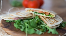 VIDEO: Piadine met mozzarella tomaat en rucola