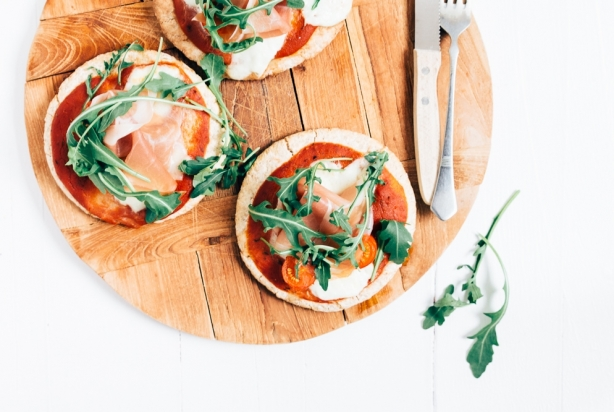 Video: Pita pizza's met prosciutto