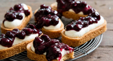 Mini cheesecake-slofjes met blauwe bessen - recept