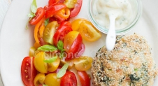 Kipburger met tomatensalade – Whole30