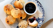Cranberry scones met clotted cream