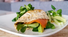 Healthy ei wrap met zalm en avocado