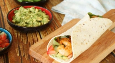 Wraps met pittige garnalen en avocado